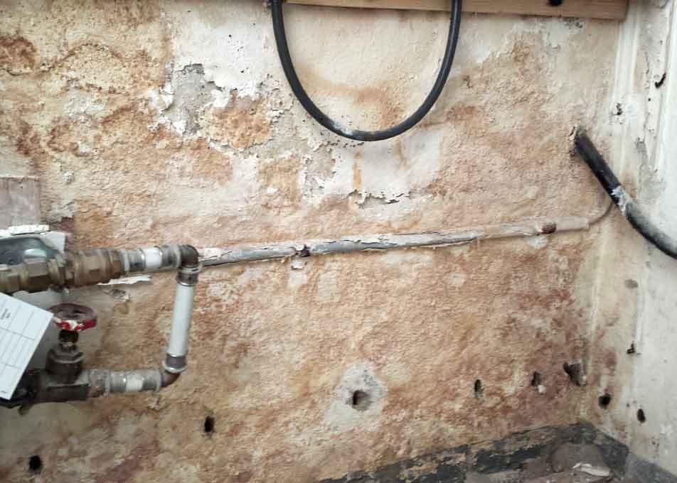 feuchte Wand vor der Behandlung